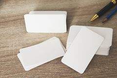 在工作者桌上的空白的公司本体名片包裹 库存照片
