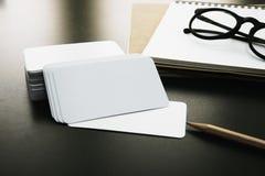 在工作者桌上的空白的公司本体名片包裹 免版税图库摄影