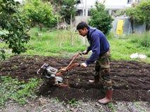 在工作耕处女土壤的农夫 库存图片