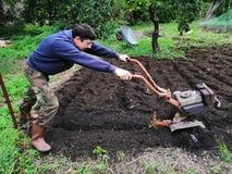 在工作耕处女土壤的农夫 免版税库存照片