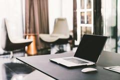 在工作表上的便携式计算机在现代豪华当代办公室 公司业务,互联网信息技术概念 库存图片