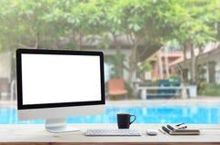 在工作表上的计算机和把度假旅馆后面进行下去 库存照片