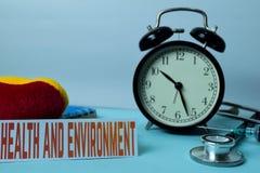 在工作表背景的健康和环境计划与办公用品的 库存照片