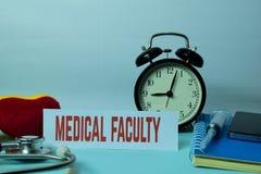 在工作表背景的医学系计划与办公用品的 库存照片