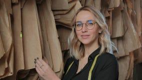 在工作过程中的时髦的裁缝金发碧眼的女人在一个缝合的演播室 股票视频