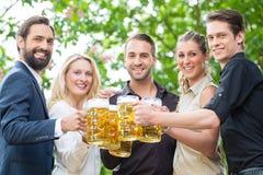 在工作饮用的啤酒以后的工友一起 图库摄影
