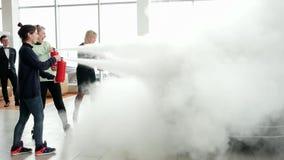 在工作,在新的大众帕萨特B8的消火泡沫水滴的灭火器在汽车陈列室里 影视素材