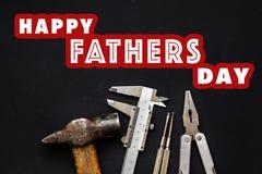 在工具的愉快的父亲` s天文本标志锤击钳子, sc 免版税库存照片