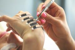 在工具的选择聚焦为睫毛引伸 免版税库存照片