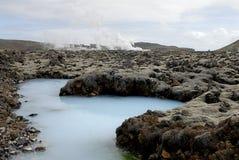 在工厂之外的蓝色热化盐水湖 免版税图库摄影