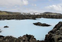 在工厂之外的蓝色热化盐水湖 库存图片