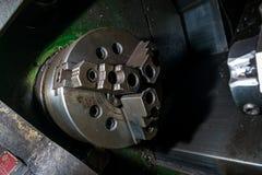 在工厂内部的老转台式车床机械工具设备 库存照片