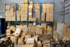 在工厂凌乱储蓄纸板包装盒 图库摄影