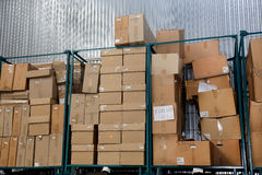 在工厂凌乱储蓄纸板包装盒 免版税库存照片