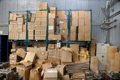 在工厂凌乱储蓄纸板包装盒 库存图片