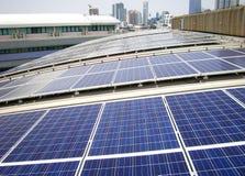 在工厂屋顶的屋顶太阳电池板 免版税库存图片