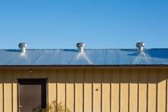 在工厂屋顶的空气通风设备  自然屋顶通风设备o 库存照片