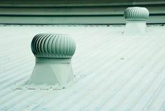 在工厂屋顶的老金属通风设备。 免版税库存照片