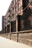 在工厂巨大的老墙壁之后 免版税库存图片
