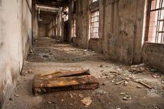 在工厂废墟的老床  库存照片