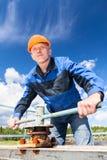 在工厂成熟安全帽的白种人工作者 免版税图库摄影