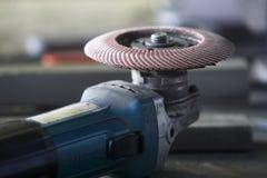 在工厂桌上的一台研磨机 免版税图库摄影