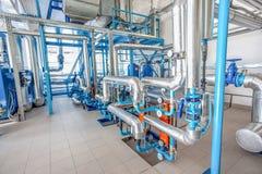 水在工厂用管道运输不锈钢建筑 免版税库存图片
