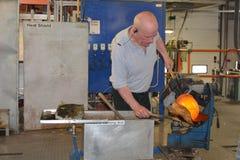 在工厂的制造业水晶花瓶水晶的生产的 免版税图库摄影