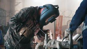 在工厂的工作者焊接 框架 工人特写镜头  股票视频