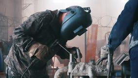 在工厂的工作者焊接 框架 工人特写镜头  影视素材