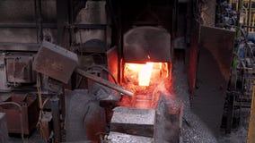 在工厂的钢铁生产,从烤箱的红色金属 股票视频