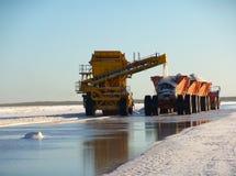 在工厂的Recolecting盐 免版税库存图片