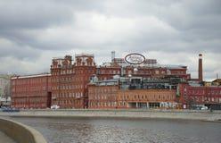 在工厂红色10月的看法每多云春日 莫斯科 免版税图库摄影
