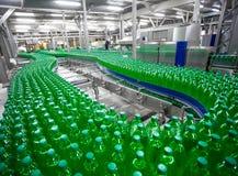 在工厂线的塑料瓶 免版税库存图片