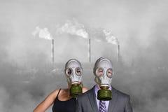 在工厂背景的人佩带的防毒面具 免版税图库摄影