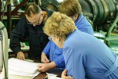 在工厂背景的工业质量管理 库存照片