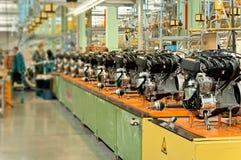 在工厂装配线的发动机 免版税库存照片