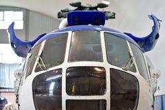 在工厂里面的直升机修理 免版税图库摄影
