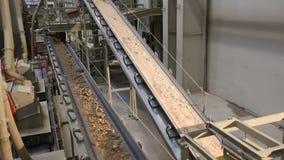 在工厂,陶瓷工厂设备,黏土,工业内部的运输的Onveyor传送带在传动机的 股票录像