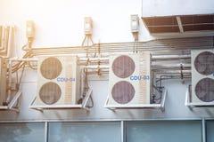 在工厂2安装的空气压缩机墙壁 免版税库存照片