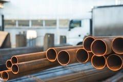 在工厂仓库的金属管子 免版税库存照片