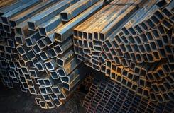 在工厂仓库的金属管子 免版税库存图片