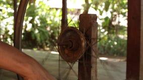 在工艺村庄, Wwooden编织的螺纹机器和松捻大麻制成的绳索创造的传统印度尼西亚纺织品制造 股票视频