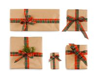 在工艺纸和明亮的丝带包裹的礼物盒 免版税库存图片