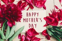 在工艺纸牌美好的红色p的愉快的母亲` s天文本标志 免版税库存照片