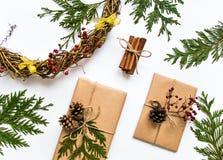 在工艺纸的礼物盒在白色背景 圣诞节或其他假日概念,顶视图,平的位置 图库摄影