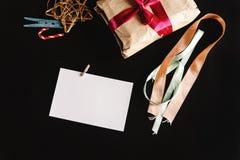 在工艺纸的美好的简单的礼物与各种各样的丝带和 免版税图库摄影