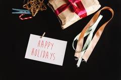 在工艺纸的美好的简单的礼物与各种各样的丝带和 免版税库存照片