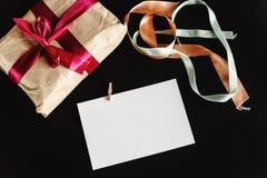 在工艺纸的美好的简单的礼物与各种各样的丝带和 图库摄影