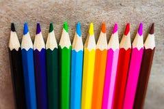 在工艺纸的颜色铅笔 库存图片